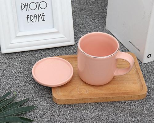 粉色带盖咖啡杯